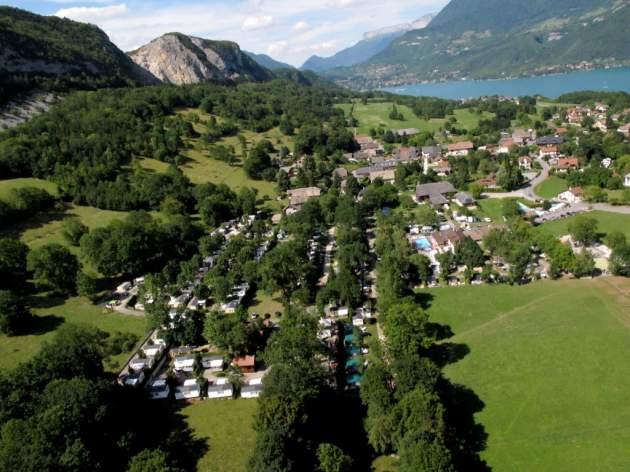 Une vue aérienne du camping