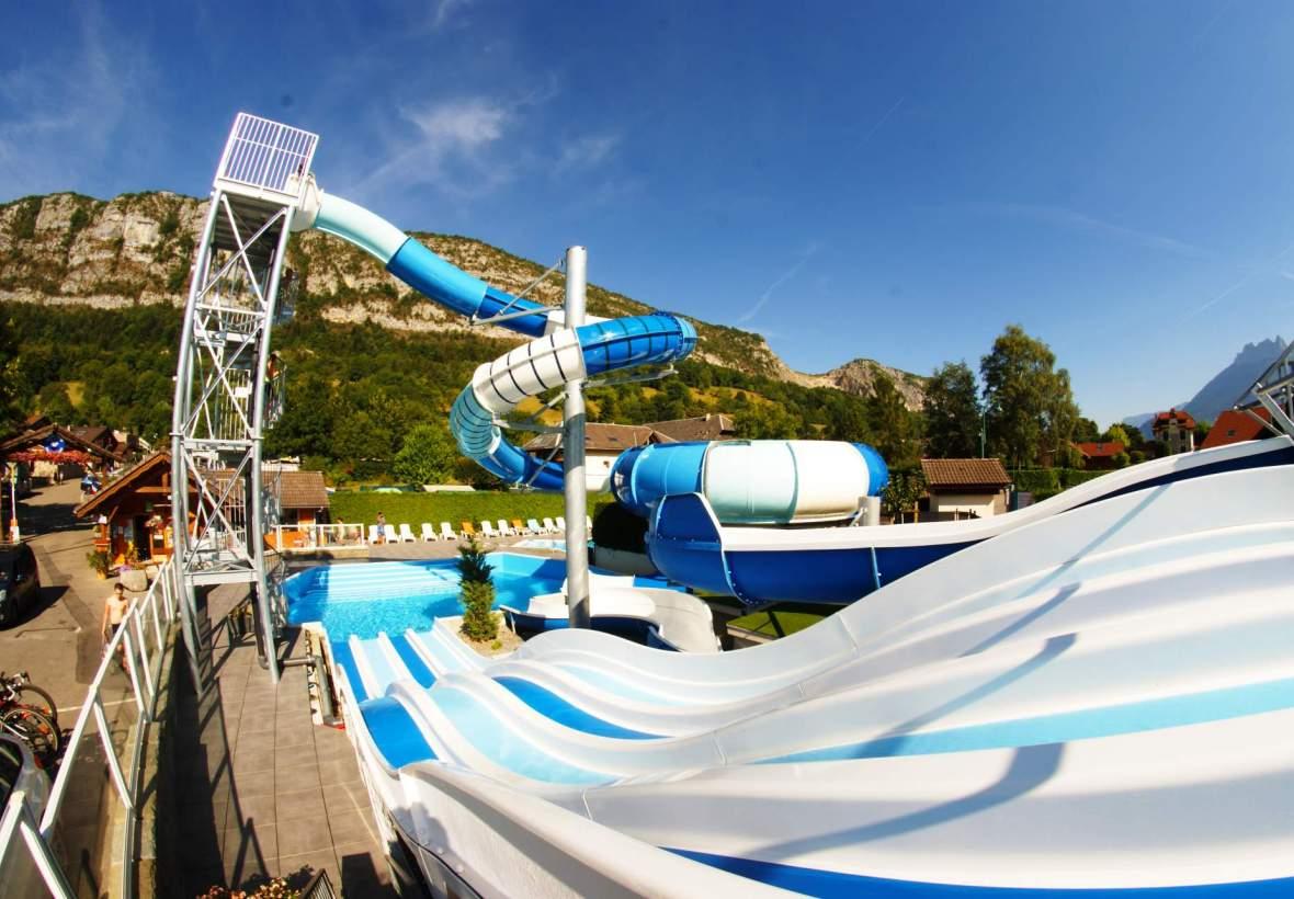 Camping annecy avec piscine et toboggans aquatiques face - Camping lac aiguebelette avec piscine ...
